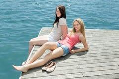 Девушки принимая sunbaths Стоковое Фото