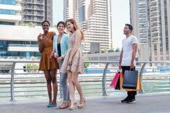 Девушки приходят с покупками Стоковое Фото