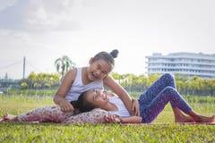 Девушки приятельства играя во времени парка счастливом на summe праздника стоковые изображения rf