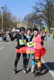 Девушки при rollerblades представляя на марафоне Ганновера Стоковая Фотография RF