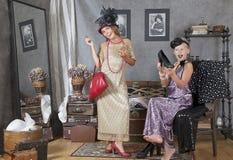 Девушки пробуют дальше платье бабушки Стоковое фото RF