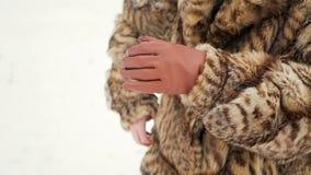 Девушки пробуют нагревать замерзая руки Девушка положила дальше перчатки видеоматериал