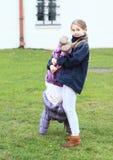 Девушки пробуя handstand Стоковое фото RF