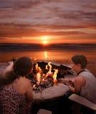 Девушки провозглашать зефиры outdoors Стоковое Изображение RF