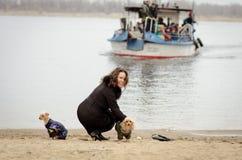 Девушки прогулки с собаками Стоковая Фотография