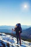 Девушки путешествуют через горы Стоковое фото RF