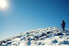 Девушки путешествуют через горы Стоковые Фотографии RF