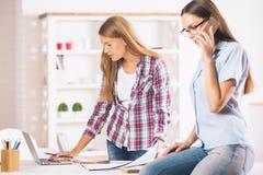 Девушки работая и говоря на телефоне Стоковое Изображение RF
