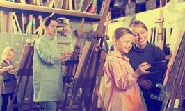Девушки работая на классе картины Стоковые Фотографии RF