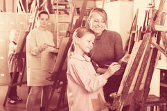 Девушки работая на классе картины Стоковое Изображение RF