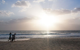 Девушки работая на пляже Стоковое фото RF