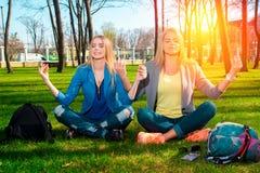 Девушки размышляя в парке Стоковая Фотография RF