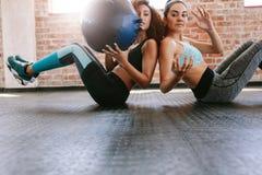 Девушки разрабатывая для того чтобы сформировать их тело Стоковая Фотография