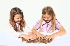 Девушки разделяя деньги Стоковые Фотографии RF