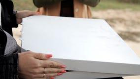 2 девушки раскрывают коробку в которой большая пицца сток-видео
