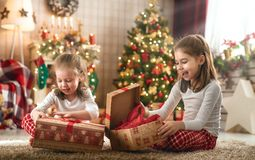 Девушки раскрывая подарки рождества стоковое фото