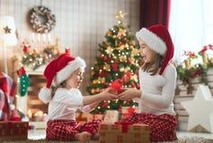 Девушки раскрывая подарки рождества стоковое фото rf