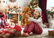 Девушки раскрывая подарки рождества стоковая фотография rf