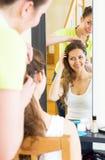 Девушки расчесывая волосы Стоковые Изображения RF