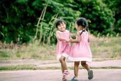 Девушки ребенка 2 имея потеху, который нужно сыграть совместно Стоковая Фотография
