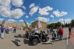 Девушки рекламируют ATVs внедорожное на выставке мотоциклов u Стоковая Фотография
