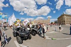 Девушки рекламируют ATVs внедорожное на выставке мотоциклов u Стоковое фото RF