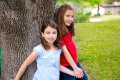 Девушки друга группы детей играя на дереве Стоковые Изображения RF