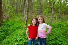 Девушки друга детей играя на джунглях паркуют лес Стоковое Изображение RF