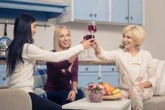 Девушки друзей имея партию дома Стоковое фото RF