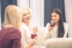 Девушки друзей имея партию дома Стоковые Фотографии RF
