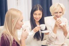 Девушки друзей имея партию дома Стоковое Фото