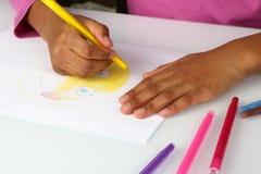 Девушки рук черные рисуют желтую сторону карандаша Стоковое фото RF