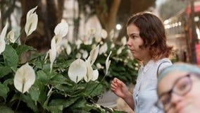 Девушки рядом с лилиями calla Стоковые Изображения