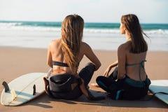 Девушки серфера на пляже Стоковое Изображение RF