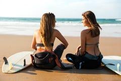 Девушки серфера на пляже Стоковые Изображения