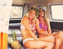 Девушки серфера образа жизни пляжа в винтажном прибое Van Стоковое Изображение RF