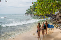 Девушки серферов стоя на пляже стоковые фотографии rf
