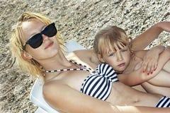 Девушки сестры отдыхая на пляже Стоковые Фото