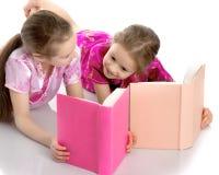Девушки сестры прочитали книгу Стоковое Фото