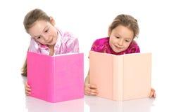 Девушки сестры прочитали книгу Стоковая Фотография RF