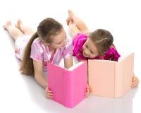 Девушки сестры прочитали книгу Стоковое фото RF
