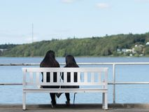 2 девушки сидя на пляже в Viborg, Дании Стоковые Изображения