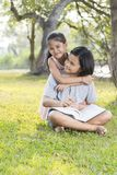 Девушки сидят и чтение Стоковая Фотография