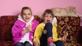 Девушки сидят на софе, лижут леденцы на палочке и ТВ вахты, ТВ внезапно повернутое  акции видеоматериалы