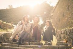 Девушки сидя на лестницах на общественном парке и h Стоковые Фотографии RF