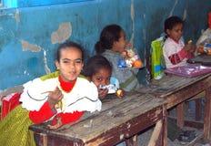 Девушки сидя на их дисках на школе в Египте Стоковая Фотография