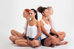Девушки сидя на поле Стоковые Фотографии RF