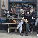 Девушки сидя на таблице на внешнем кафе Стоковая Фотография RF