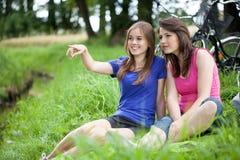 Девушки сидя на glade Стоковые Изображения