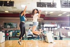 Девушки скача в ободрение на кегельбане Стоковое Изображение RF